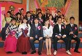 卒業する16人の生徒たちに囲まれニッコリ顔のユースケ先生 (C)ORICON DD inc.