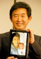 石田純一が出産報告会見で涙