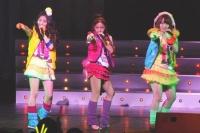 AKB48の(左から)北原里英、板野友美、佐藤亜美菜