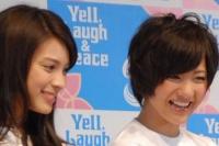 『沖縄国際映画祭』のチャリティーイベントに参加した、AKB48の宮澤佐江(右)と秋元才加