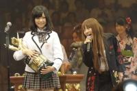 第3回「28thシングル選抜じゃんけん大会」優勝した島崎遥香と高橋みなみ