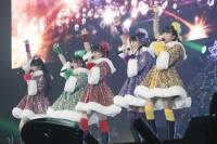 ももいろクローバーZ (左から)佐々木彩夏、有安杏果、百田夏菜子、高城れに、玉井詩織 <br> 『ももいろクリスマス2012〜さいたまスーパーアリーナ大会〜』の模様