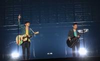 ゆず (左から)北川悠仁、岩沢厚治<br>『YUZU ARENA TOUR 2012/13 YUZU YOU 〜みんなと、どこまでも〜』より