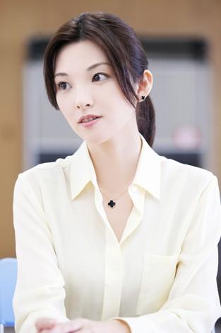 白いシャツを着て真面目な顔の田中麗奈