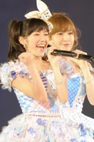 『AKB48 2013真夏のドームツアー』東京ドーム公演1日目の模様 (左から)渡辺麻友、小嶋陽菜