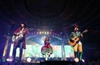 『YUZU ARENA TOUR 2013 GO LAND』の模様<br>ゆず (左から)北川悠仁、岩沢厚治