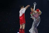 『ももいろクリスマス2013』にスペシャルゲストとして登場したフィギュアスケート選手・村主章枝(右)と百田夏菜子