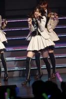『リクエストアワーセットリストベスト200 2014』<br> 174位「Seventeen」<br> (左から)大島優子、小嶋陽菜