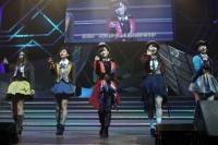 『AKB48 ユニット祭り 2014』の模様<br>7曲目「10クローネとパン」<br>(左から)古畑奈和、兒玉遥、山本彩、横山由依、藤江れいな