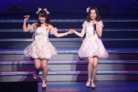 『AKB48 ユニット祭り 2014』の模様<br>8曲目「わがままな流れ星」<br>(左から)川栄李奈、島崎遥香