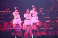 『AKB48 ユニット祭り 2014』の模様<br>14曲目「キリギリス人」<br>(左から)峯岸みなみ、高橋みなみ、小嶋陽菜