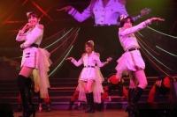 『AKB48 ユニット祭り 2014』の模様<br>14曲目「キリギリス人」<br>(左から)小嶋陽菜、高橋みなみ、峯岸みなみ