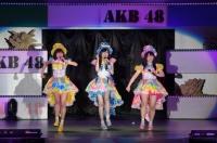 『AKB48グループ春コンinさいたまスーパーアリーナ〜思い出は全部ここに捨てていけ!〜』<br>SKE48単独公演の模様<br>「ここで一発」を歌う(左から)須田亜香里、谷真理佳、松村香織