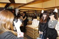 JINS上海店内で上海のファッションブロガーたちと写真撮影