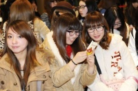 メガネファッションを楽しむイベント会場のおしゃれ女子たち
