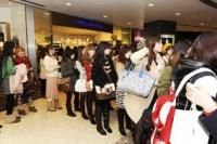 """会場前から大勢の上海""""90後""""女子たちがつめかけて賑わうイベント受付"""