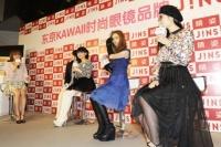 日中のメガネファッションのトレンドを語り合う伶俐、益若つばさ、庄小雨、TOKYO PANDA(左から)