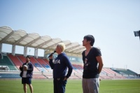 ウカスカジーの「勝利の笑みを 君と」MVオフショット<br>左からGAKU-MC、桜井和寿