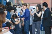 関西国際空港に到着。出迎えた約500人のファンと約50分かけ交流を楽しんだ。<br> トム・クルーズ『オール・ユー・ニード・イズ・キル』来日PRツアー密着フォト&独占動画インタビュー☆