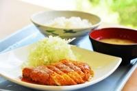 ニューロワール食堂で人気の「みそカツ定食」。オープンキャンパスならランチ無料券があるので0円!