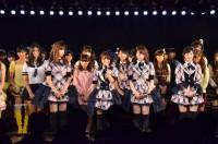 AKB48の1stシングル「桜の花びらたち」を歌唱するメンバー