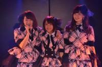 AKB48 1期生(左から)峯岸みなみ、高橋みなみ、小嶋陽菜