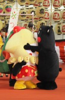 いかずきんズ こうみちゃんを抱きしめるくまモン (C)oricon ME inc.