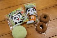 (左から)「笹だんご風パン」、「笹パウダー入りオールドファッションドーナツ(2個入り)」