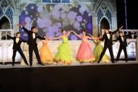 お城のようなステージでスタートした舞踏会