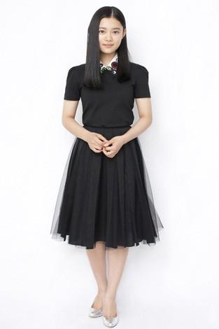 黒いレースのワンピースを着る杉咲花