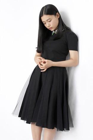 黒いレースのワンピースを着る杉咲花2