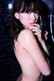 セクシーなシャワーシーンも披露している小嶋陽菜/写真集『どうする?』(宝島社)