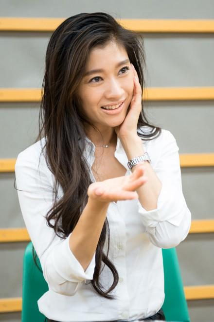インタビューに答える篠原涼子