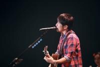 桜井和寿とGAKU-MCによるウカスカジー「MIFA Football Park」ライブの様子