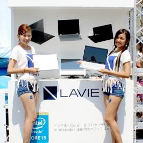 スタイル抜群の「LAVIE Hybrid ZERO」ガール