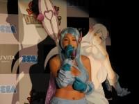 『サムライ&ドラゴンズ』のPV内で流れるイメージソングを熱唱する篠崎愛(12年6月撮影)
