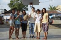 ドキュメンタリー番組『エシカルの贈りもの〜ハピネスをつくるデザイン〜』で訪れたフィリピン・パヤタス地区のバスケットコートにて