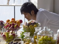 『ヘア レシピ』の新CM「ヘア レシピ キッチン」篇に出演した速水もこみちのメイキング映像