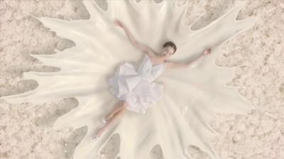 花々が真っ白な柔軟剤へと変わる幻想的なシーン