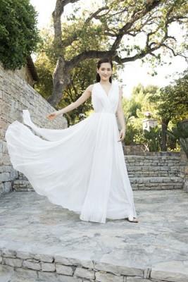 CMとはまた違った純白のロングドレス姿の綾瀬はるか