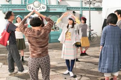 ダンスの先生に振り付けを教わる桜井日奈子