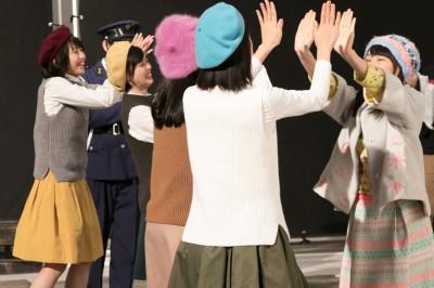 共演者とハイタッチする桜井日奈子