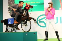 レースアトラクション「ペダルで爆走!ウマチャリ記念」に挑戦する川崎宗則選手