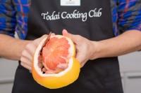 【グレープフルーツのしめ鯖チラシ寿司】(1)グレープフルーツは皮と薄皮をむいておく。