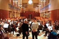 収録に臨んだ坂本龍一とノースウェスト交響楽団