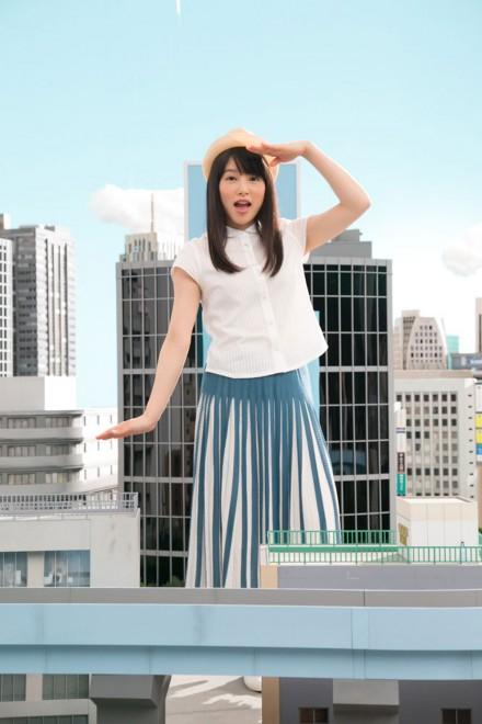 ジオラマのビル群の中で立つ桜井日奈子