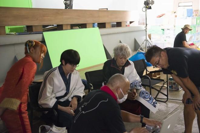 セットの裏で演出をする福田雄一監督と橋本環奈、菅田将暉、小栗旬