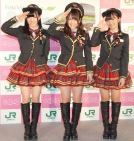 Rとコラボした車掌風衣装もお披露目。『AKB48チーム神奈川×JR横浜線新型車両導入キャンペーン』発表会に出席したAKB48(左から)岡田奈々、川栄李奈、大島涼花 (C)ORICON NewS inc.