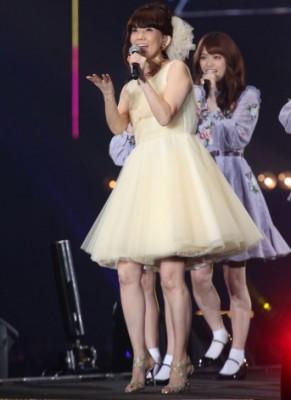 """今もなお""""アイドル歌手""""として、「伊代はまだ16だから〜♪」と歌い踊る(撮影:片山よしお)"""