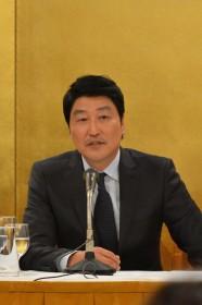 日本外国特派員協会での会見で質問に答えるソン・ガンホ